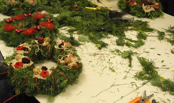 Keukendeur Maken : Kerstkransen maken – Nieuws – Tuincentrum Borghuis in Deurningen